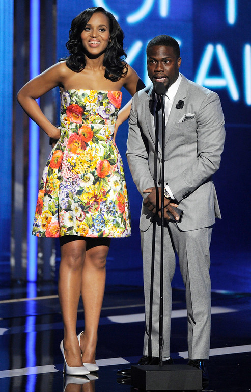 Description of . Kerry Washington, left, and Kevin Hart present the award for video of the year at the BET Awards at the Nokia Theatre on Sunday, June 29, 2014, in Los Angeles. (Photo by Chris Pizzello/Invision/AP)