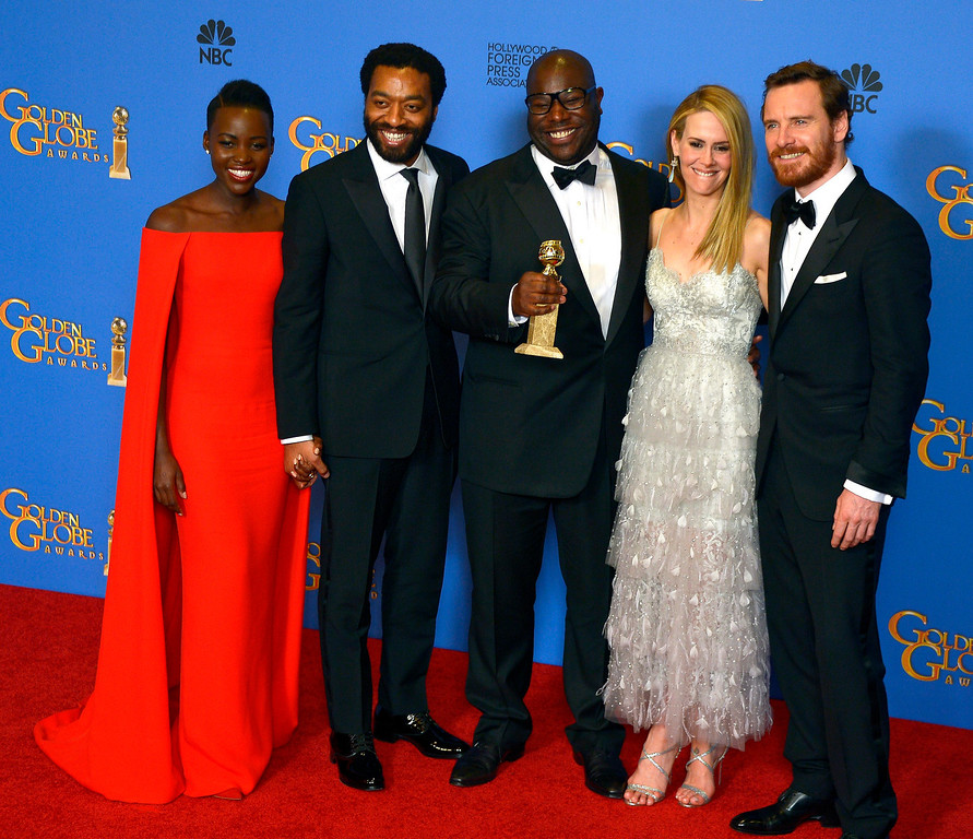 Description of . British director Steve McQueen (C) holds the Golden Globe for Best Motion Picture - Drama for \'12 Years a Slave\' as he poses with (L-R) Kenyan-Mexican actress Lupita Nyong\'o, British actor Chiwetel Ejiofor, US actress Sarah Paulson and German-Irish actor Michael Fassbender in the press room at the 71st Annual Golden Globe Awards at the Beverly Hilton, in Beverly Hills, California, USA, 12 January 2014.  EPA/PAUL BUCK