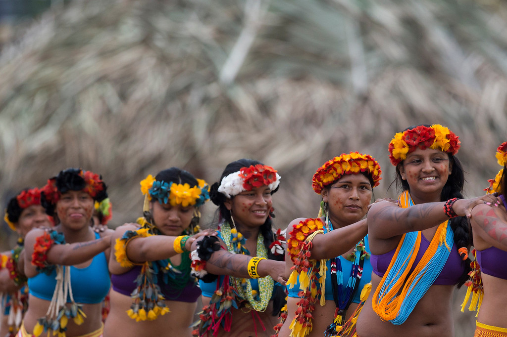 Description of . Bakairi Indians arrive for the tug of war competition during the indigenous games in Cuiaba, Brazil, Tuesday, Nov. 12, 2013. (AP Photo/Felipe Dana)