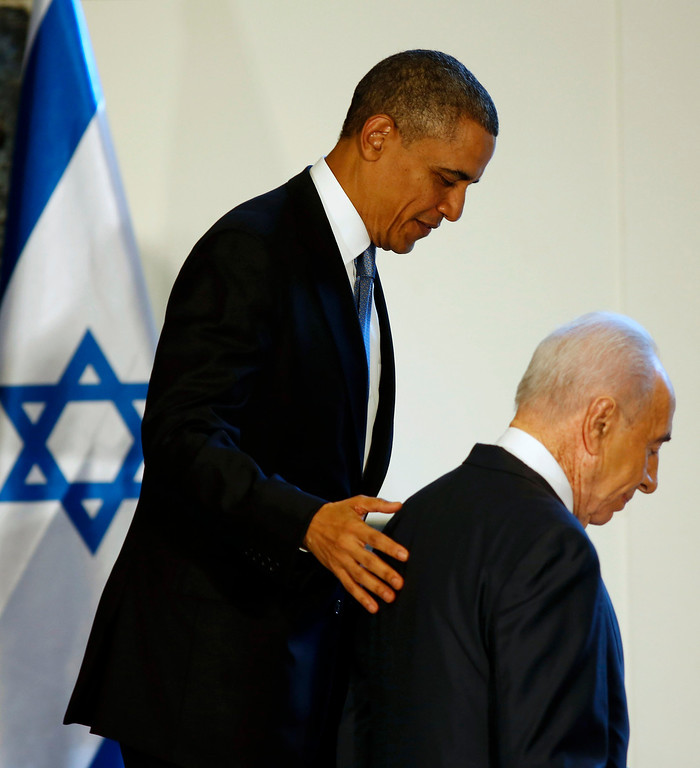 Description of . U.S. President Barack Obama walks with Israel's President Shimon Peres (R) after signing a guest book in Jerusalem, March 20, 2013. REUTERS/Larry Downing