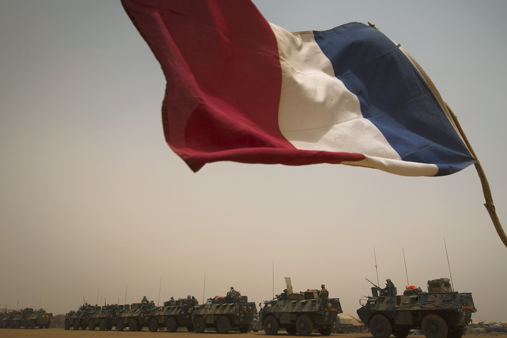 Description of . French armoured personnel carriers (VAB) leave the city of Gao during the