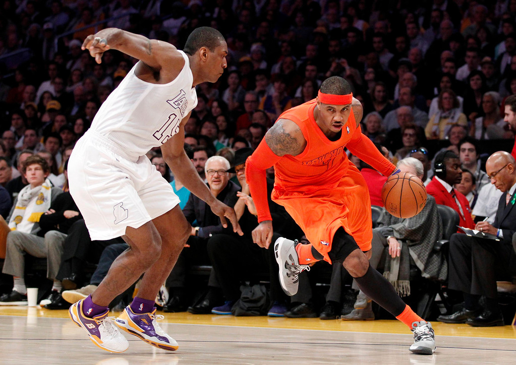 Description of . New York Knicks' Carmelo Anthony (R) dribbles the ball as Los Angeles Lakers' Metta World Peace defends during the first half of their NBA basketball game in Los Angeles December 25, 2012. REUTERS/Danny Moloshok