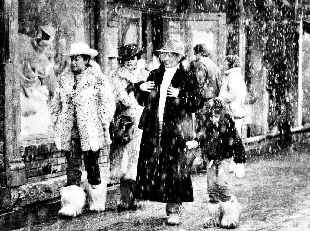 . MAR 15 1986. Shoppers in Aspen, Colorado.  (Photo by Susan Biddle/The Denver Post)