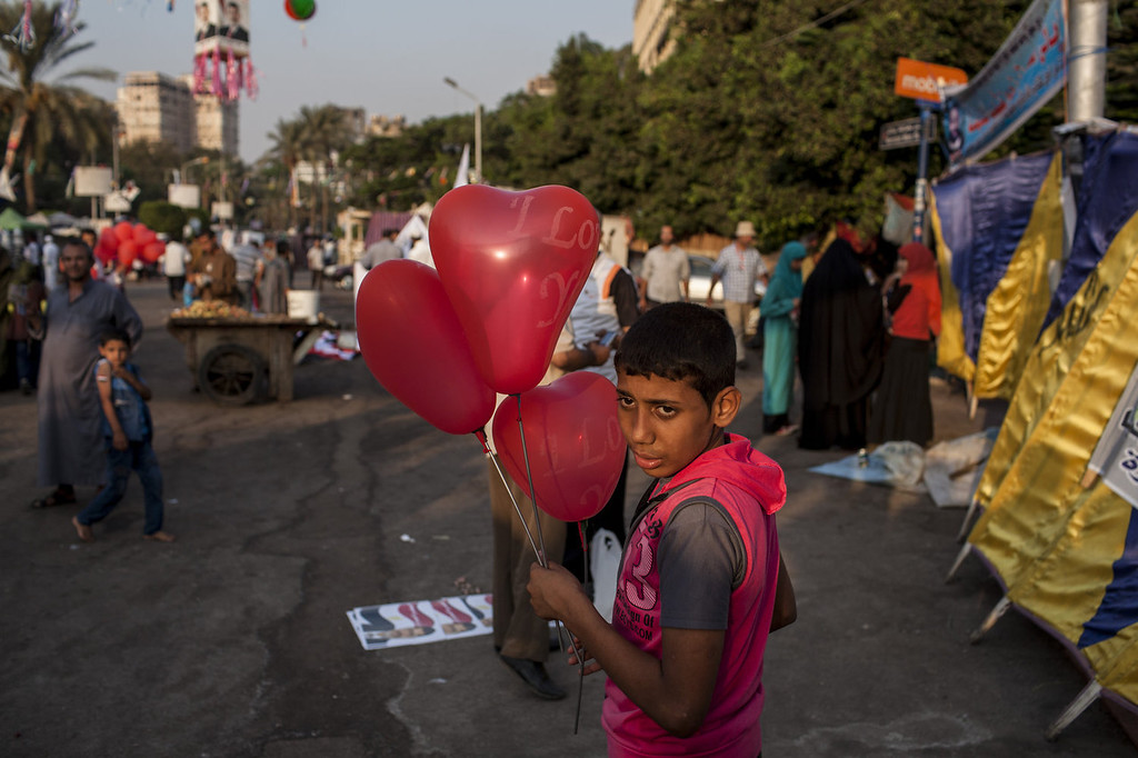 . A supporter of deposed Egyptian President Mohammed Morsi sells balloons during a sit-in demonstration at Nahda Square in the Giza district on August 12, 2013 in Cairo, Egypt. Egyptian security forces threatened to begin a siege of pro-Morsi protest camps in Cairo overnight on August 11, however Egypt\'s Interior Ministry appeared to have put off plans to crack down on protesters early on August 12. On Monday Egypt\'s judiciary also extended deposed President Morsi\'s detention for a further 15 days pending investigation into charges of his collaboration with the Palestinian Hamas movement. Morsi supporters have continued to protest at sites across Cairo over one month after the Egyptian military deposed Egypt\'s first democratically elected President, Mohammed Morsi, on July 3. (Photo by Ed Giles/Getty Images).