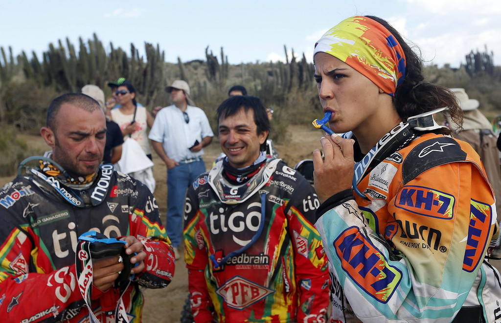 . Spain\'s Laia Sanz (R), Italy\'s Paolo Ceci (L) and Bolivia\'s Juan Carlos Salvatierra (C) wait for the last stage of the Rally Dakar 2014 at Illapel, Chile, 18 January 2014. The Rally Dakar 2014 takes place in Argentina, Bolivia and Chile from 04 to 18 January 2014.  EPA/FELIPE TRUEBA