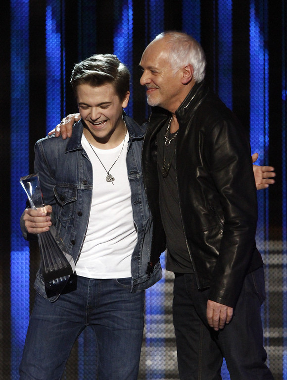 """. Hunter Hayes accepts his award as he\'s congratulated by Peter Framptom at the CMT \""""Artists of the Year\"""" show held at the Music City Center on Tuesday, Dec. 3, 2013, in Nashville, Tenn. (Photo by Wade Payne/Invision/AP)"""