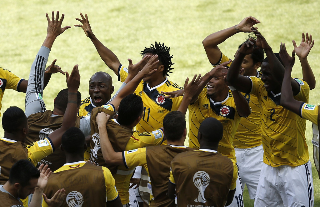 . Colombia\'s defender Pablo Armero (L) celebrates with teammates after scoring during a Group C football match between Colombia and Greece at the Mineirao Arena in Belo Horizonte during the 2014 FIFA World Cup on June 14, 2014.    AFP PHOTO / ADRIAN DENNIS