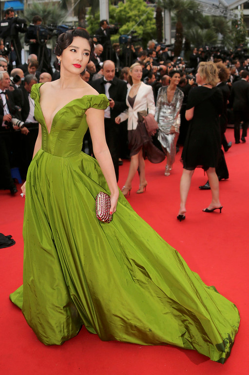 . Actress Fan Bing Bing poses on the red carpet as she arrives for the screening of the film \'The Great Gatsby\' and for the opening ceremony of the 66th Cannes Film Festival in Cannes May 15, 2013. The Cannes Film Festival runs from May 15 to May 26.       REUTERS/Jean-Paul Pelissier