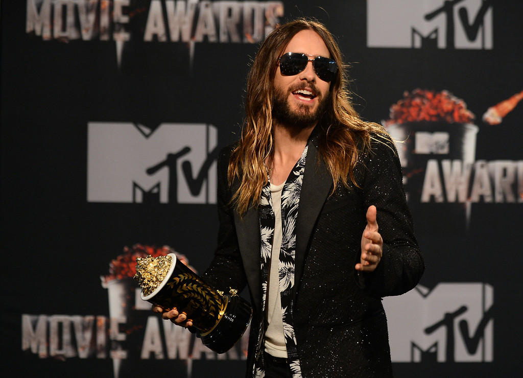 ". Jared Leto poses in the press room with the award for Best On-Screen Transformation for ""Dallas Buyers Club\"" at the MTV Movie Awards on Sunday, April 13, 2014, at Nokia Theatre in Los Angeles. (Photo by Jordan Strauss/Invision/AP)"