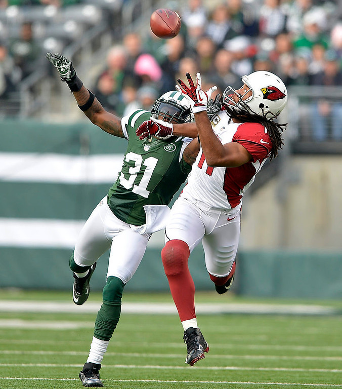 . Arizona Cardinals wide receiver Larry Fitzgerald (11) makes a catch under coverage by New York Jets cornerback Antonio Cromartie (31) during the first quarter of an NFL game at MetLife Stadium in East Rutherford, N.J., Dec. 2, 2012. (Ben Solomon/The New York Times)