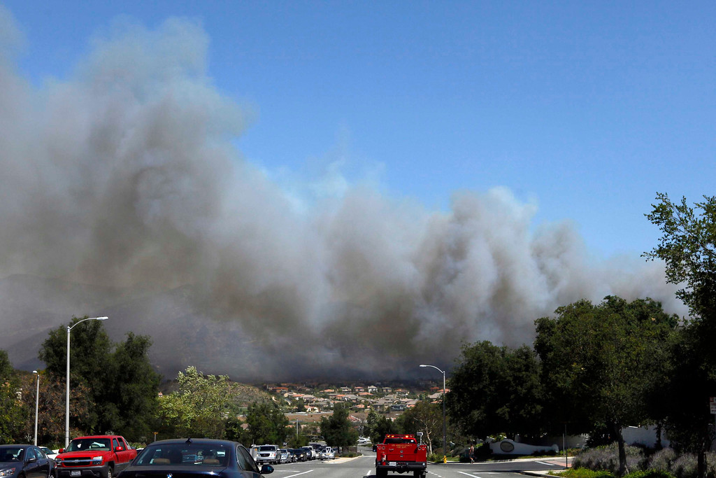 . Plumes of smoke from a fast moving brush fire billow above the Newbury Park area of Ventura County May 2, 2013.  REUTER/Patrick T. Fallon