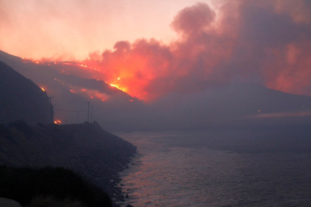 . The Springs Fire burns in the early morning near Pacific Coast Highway at Point Mugu State Park, May 3, 2013. REUTERS/Jonathan Alcorn