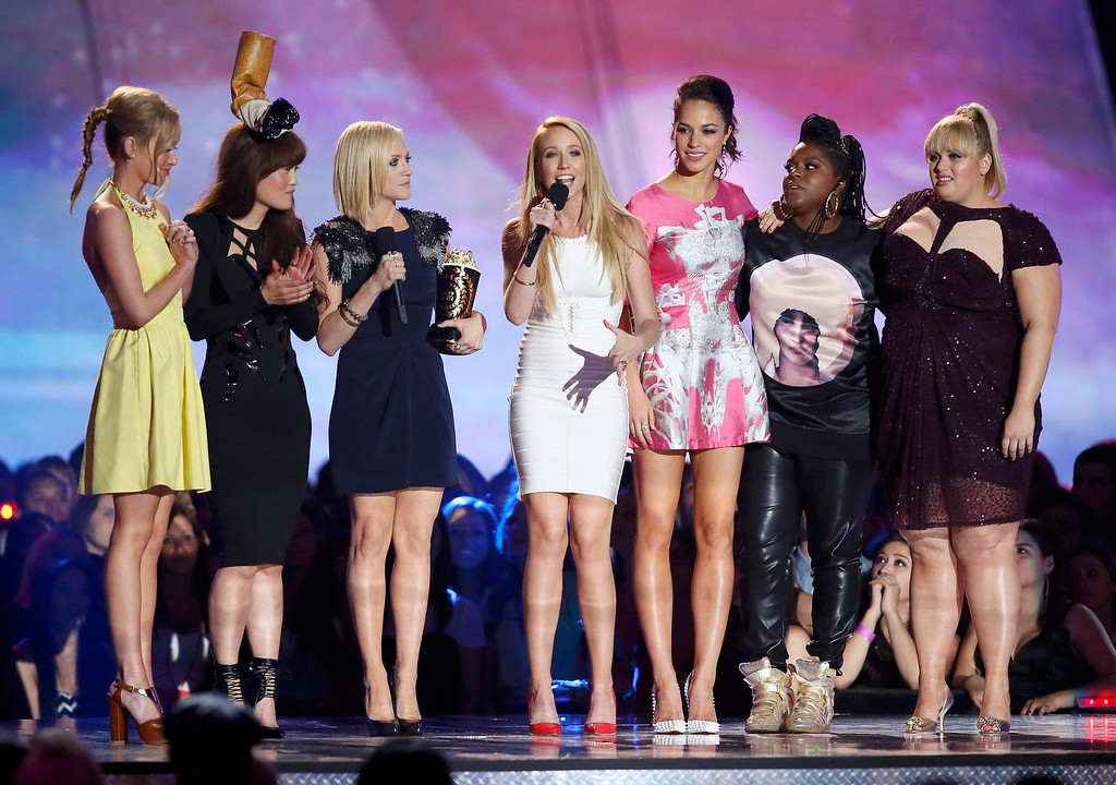 ". Actress Anna Camp (C) accepts the award for best musical moment with fellow cast members from ""Pitch Perfect\"" at the 2013 MTV Movie Awards in Culver City, California April 14, 2013.   REUTERS/Danny Moloshok"