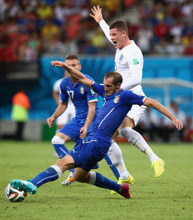 . Giorgio Chiellini of Italy stretches for the ball as Ross Barkley of England reacts during the 2014 FIFA World Cup Brazil Group D match between England and Italy at Arena Amazonia on June 14, 2014 in Manaus, Brazil.  (Photo by Adam Pretty/Getty Images)