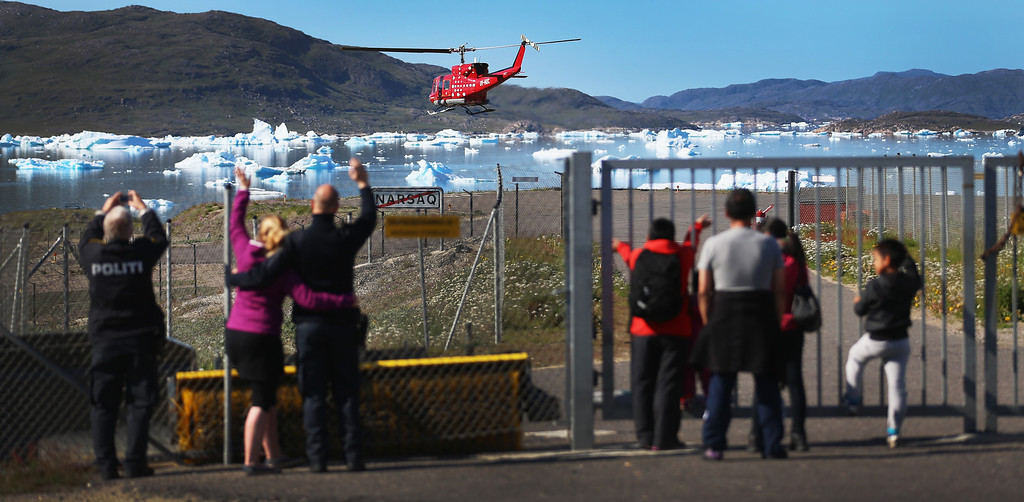 . People wave as a helicopter leaves the helipad on July 30, 2013 in Narsaq, Greenland. In a country with very limited number of roads helicopter and boat are an important part of transportation. A(Photo by Joe Raedle/Getty Images)