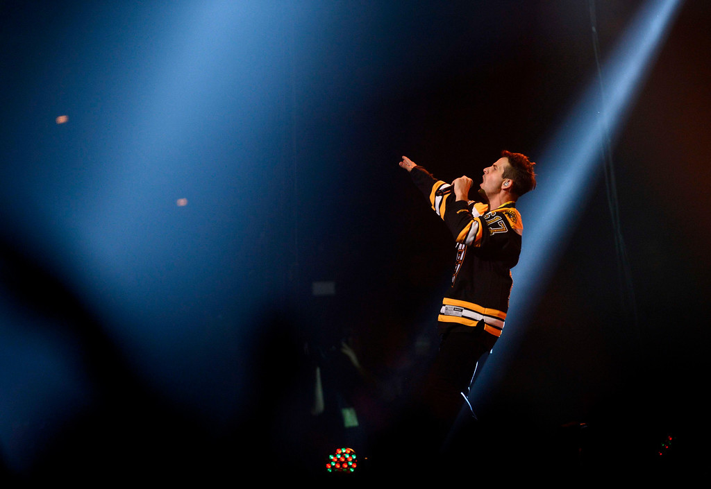 . Singer Joey McIntyre performs during the Boston Strong benefit concert at the Boston TD Garden in Boston, May 30, 2013. REUTERS/Gretchen Ertl