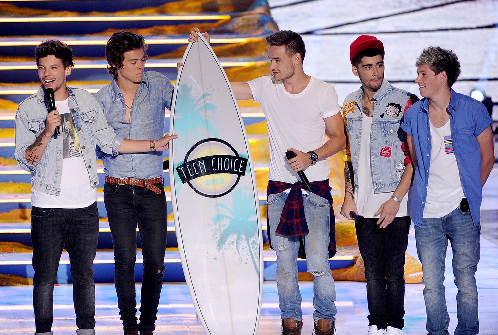 . From left, singers Liam Payne, Harry Styles, Louis Tomlinson, Zayn Malik and Niall Horan of One Direction accept Choice Group award onstage during the Teen Choice Awards 2013 at Gibson Amphitheatre on August 11, 2013 in Universal City, California.  (Photo by Kevin Winter/Getty Images)