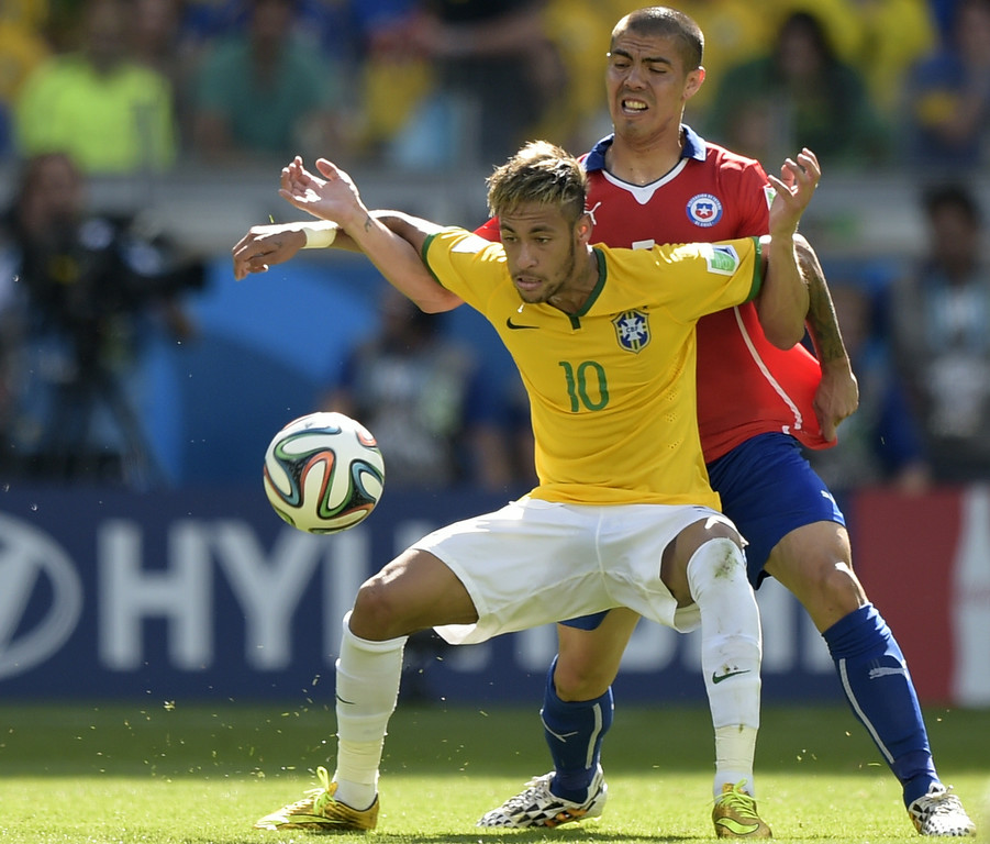 . Brazil\'s forward Neymar (L) and Chile\'s midfielder Francisco Silva vie for the ball the Round of 16 football match between Brazil and Chile at The Mineirao Stadium in Belo Horizonte during the 2014 FIFA World Cup on June 28, 2014.  (JUAN MABROMATA/AFP/Getty Images)