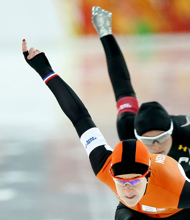 . Ireen Wust (L) of the Netherlands competes Brittany Bowe of USA during the 1000m Women\'s  Speed Skating event in the Adler Arena at the Sochi 2014 Olympic Games, Sochi, Russia, 13 February 2014.  EPA/VINCENT JANNINK