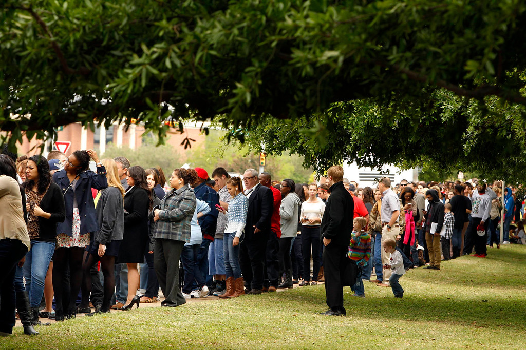 . The line forms outside the Ferrell Center for a memorial service for the victims of the West, Texas fertilizer plant explosion last week, at Baylor University in Waco, Texas, April 25, 2013.  REUTERS/Richard Rodriguez