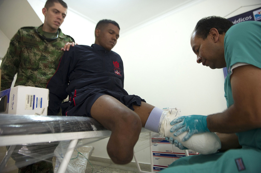 . A doctor tries a new prostheses on Colombian soldier Aldemar Benitez (C), 23, victim of a land mine explosion seven months ago.   RAUL ARBOLEDA/AFP/Getty Images