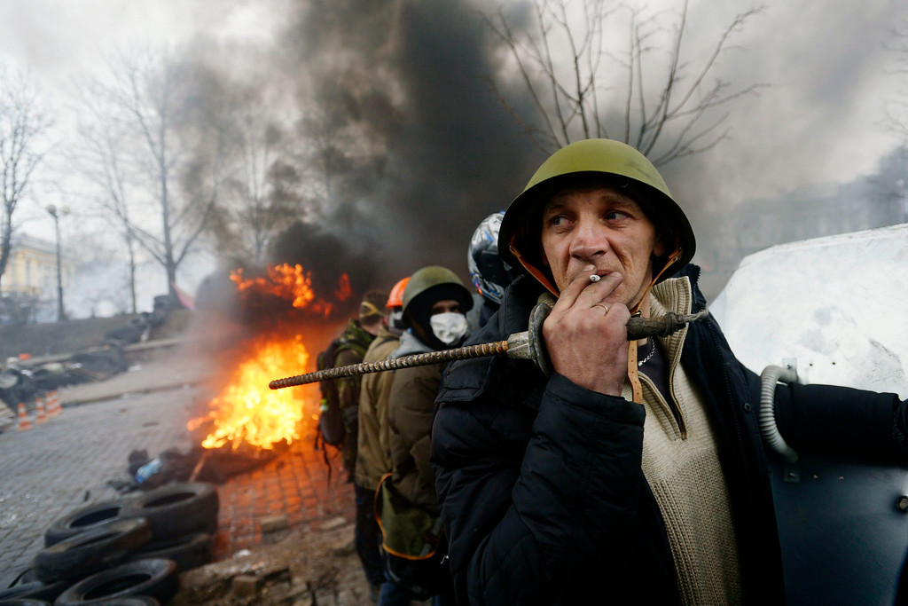 . Protesters shape a defense line in Kiev, Ukraine, 20 February 2014. EPA/LASZLO BELICZAY