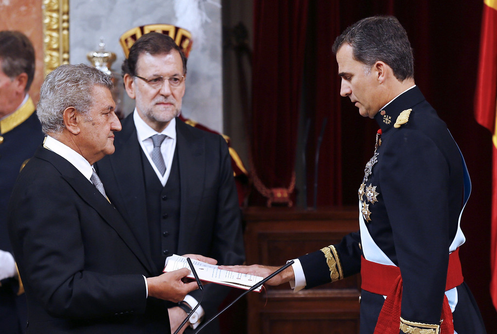. Spain\'s King Felipe VI, right, is sworn in as the new Spanish King during ceremony at the Spanish parliament in Madrid, Spain, Thursday, June 19, 2014. Felipe\'s father Juan Carlos, who reigned during four decades, stepped down after signing an abdication law Wednesday so that younger royal blood can rally a country beset by economic problems, including an unemployment rate of 25 percent. (AP Photo/Paco Campos, Pool)