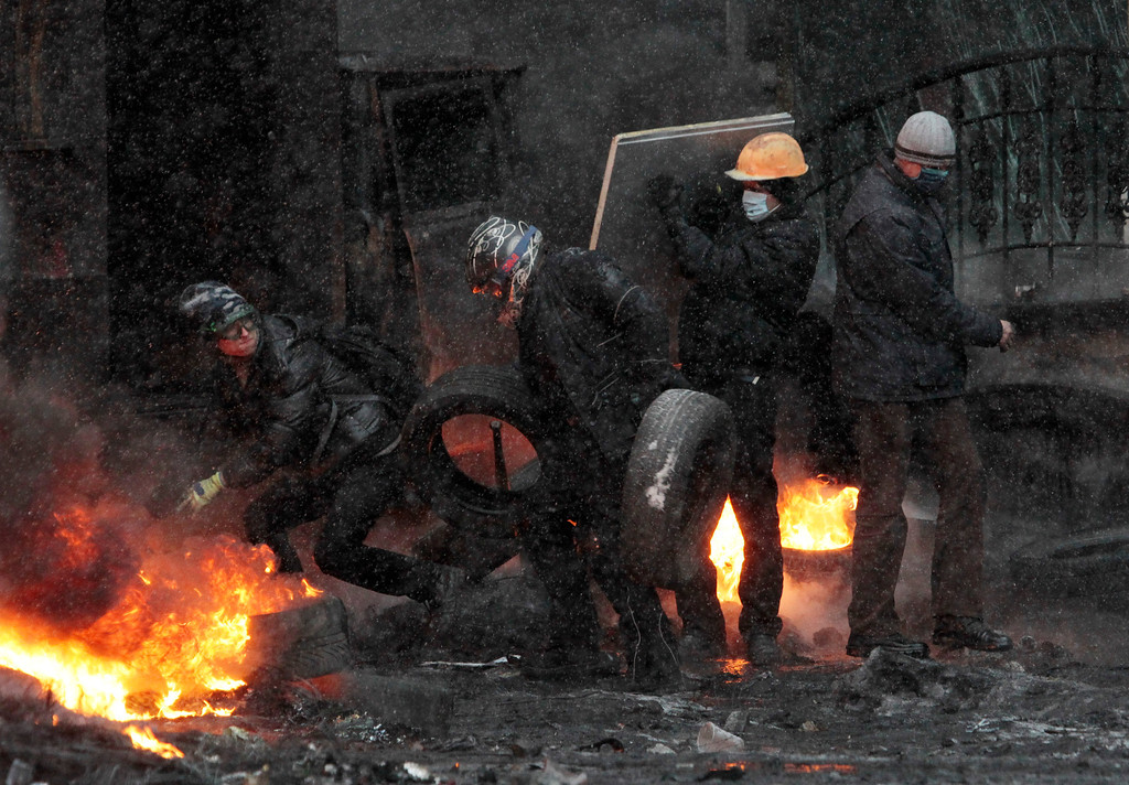 . Protesters clash with police in central Kiev, Ukraine, Wednesday, Jan. 22, 2014.  (AP Photo/Sergei Chuzavkov)