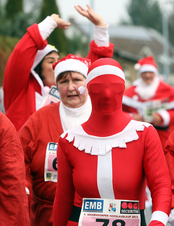. Participants compete in 5th annual Michendorf Santa Run (Michendorfer Nikolauslauf) on December 8, 2013 in Michendorf, Germany. Over 900 people took part in this year\'s races, which included one for children and one for adults.  (Photo by Adam Berry/Getty Images)