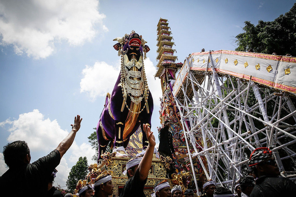 . Ubud community transport a bull-shaped sarcophagus to the cemetery during the Royal cremation ceremony on November 1, 2013 in Ubud, Bali, Indonesia. (Photo by Agung Parameswara/Getty Images)