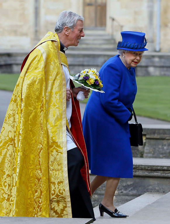 . Britain\'s Queen Elizabeth is greeted by the Dean Christopher Lewis (L) as she arrives for the Maundy service at Christ Church Cathedral in Oxford, southern England March 28, 2013. REUTERS/Kirsty Wigglesworth/Pool