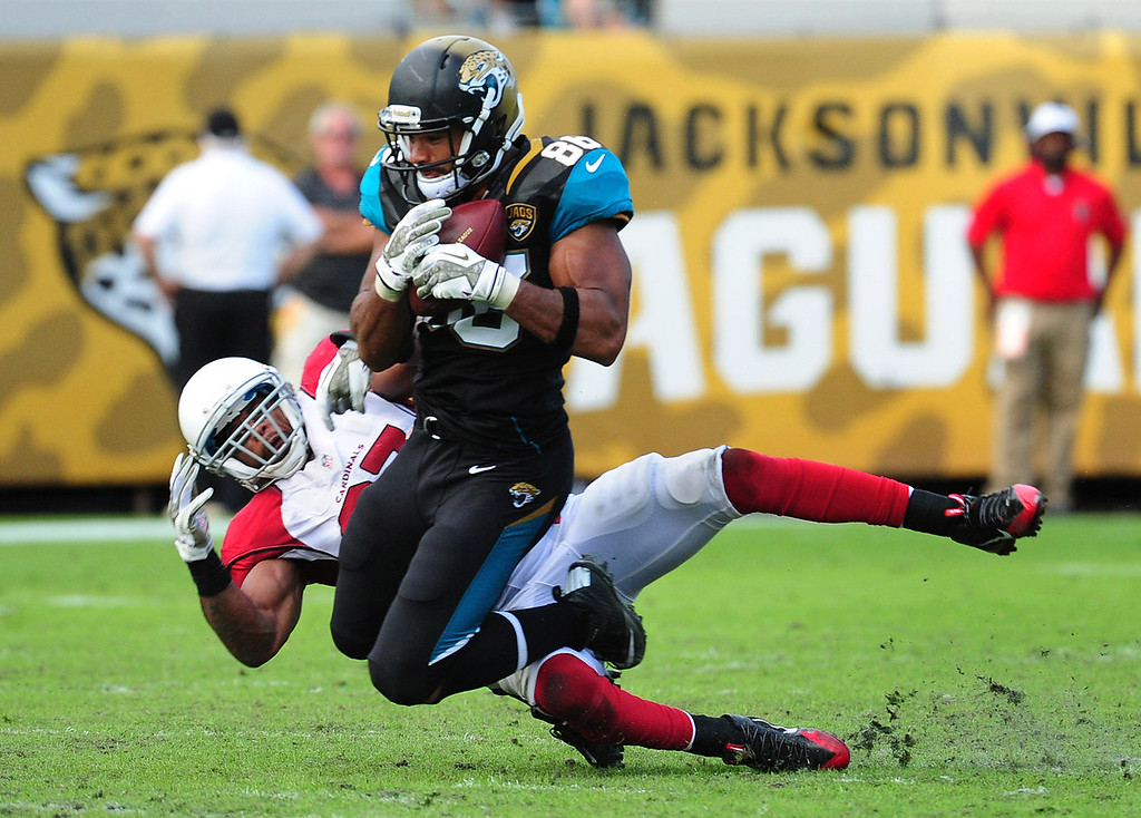 . Clay Harbor #86 of the Jacksonville Jaguars makes a catch against Yeremiah Bell #37 of the Arizona Cardinals at EverBank Field on November 17, 2013 in Jacksonville, Florida. (Photo by Scott Cunningham/Getty Images)