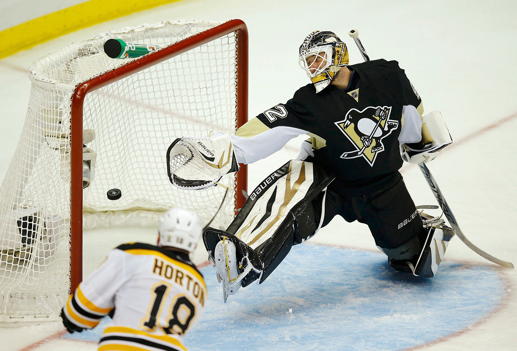. Boston Bruins\' Nathan Horton (L) scores on Pittsburgh Penguins\' goalie Tomas Vokoun during the third period of Game 1 of their NHL Eastern Conference finals hockey playoff series in Pittsburgh, Pennsylvania June 1, 2013.  REUTERS/Brian Snyder