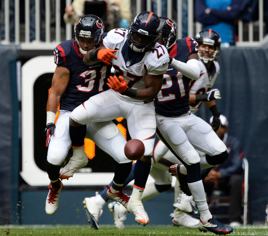 . Denver Broncos running back Knowshon Moreno (27) can\'t hold on to a pass as Houston Texans free safety Shiloh Keo (31) and Houston Texans cornerback Brice McCain (21) defend on the play during the first quarter December 22, 2013 at Reliant Stadium. (Photo by John Leyba/The Denver Post)
