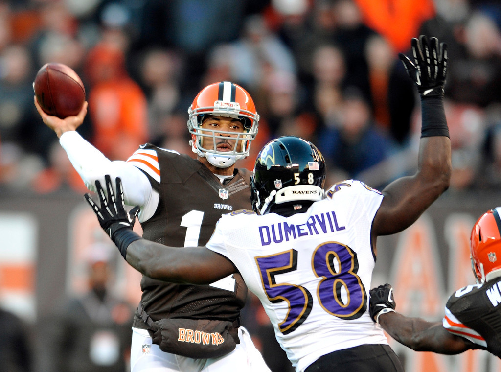 . Cleveland Browns quarterback Jason Campbell fires a 1-yard touchdown pass over Baltimore Ravens outside linebacker Terrell Suggs (55) in the first quarter of an NFL football game Sunday, Nov. 3, 2013. (AP Photo/David Richard)