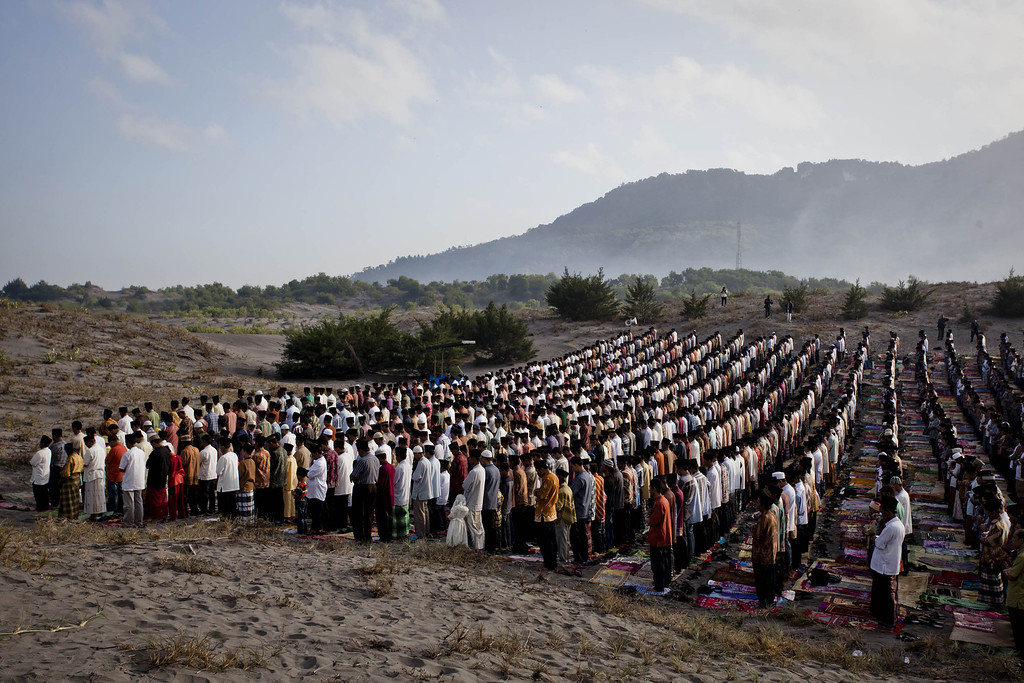 . YOGYAKARTA, INDONESIA - AUGUST 08:  Indonesian muslims perform Eid Al-Fitr prayer on \'sea of sands\' at Parangkusumo beach on August 8, 2013 in Yogyakarta, Indonesia. Eid Al-Fitr, marks the end of Ramadan, the Islamic month of fasting and begins after the sighting of a new crescent moon.  (Photo by Ulet Ifansasti/Getty Images)
