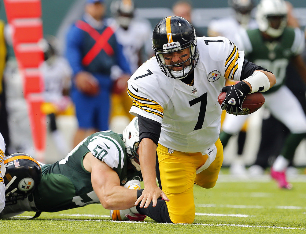 . Quarterback Ben Roethlisberger #7 of the Pittsburgh Steelers is sacked by linebacker Garrett McIntyre #50 of the New York Jets in the second quarter during a game at MetLife Stadium on October 13, 2013 in East Rutherford, New Jersey. (Photo by Rich Schultz /Getty Images)