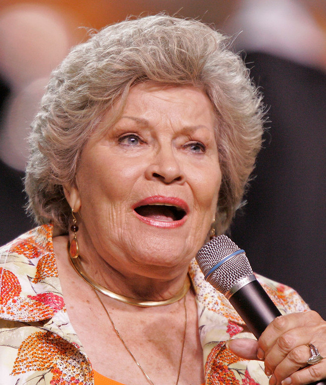 """. Singer Patti Page sings \""""Tennessee Waltz\"""" during halftime at an NCAA college football game between Tennessee and Ohio, Saturday, Sept. 26, 2009, in Knoxville, Tenn. (AP Photo/Wade Payne)"""
