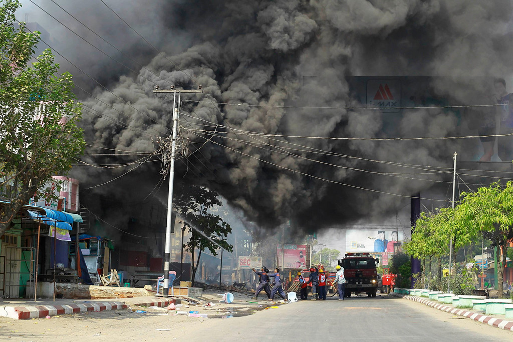 . Firemen attempt to extinguish fires during riots in Meikhtila March 22, 2013.  REUTERS/Soe Zeya Tun