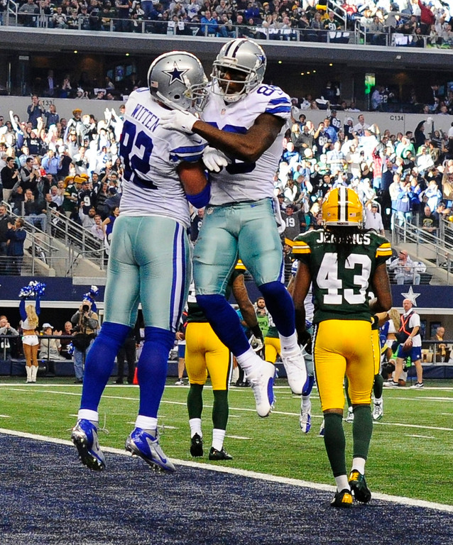 . Dallas Cowboys player Jason Witten (L) celebrates a touchdown with teammate Dez Bryant (R) against the Green Bay Packers in the first half of the NFL American football game between the Green Bay Packers and the Dallas Cowboys at AT&T Stadium in Arlington, Texas, USA, 15 December 2013.  EPA/LARRY W. SMITH