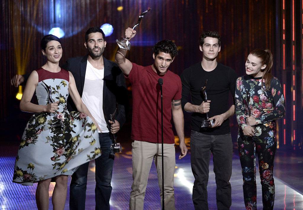 . (L-R) The Cast of Teen Wolf, Crystal Reed, Tyler Hoechlin, Tyler Posey, Dylan O\'Brien, and Holland Roden receive the Best Ensemble Award on stage at the CW Network\'s 2013 Young Hollywood Awards presented by Crest 3D White and SodaStream held at The Broad Stage on August 1, 2013 in Santa Monica, California.  (Photo by Kevin Winter/Getty Images for PMC)