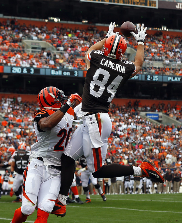 . CLEVELAND, OH - SEPTEMBER 29:  Tight end Jordan Cameron #84 of the Cleveland Browns makes a touchdown catch over safety Taylor Mays #26 of the Cincinnati Bengals at FirstEnergy Stadium on September 29, 2013 in Cleveland, Ohio.  (Photo by Matt Sullivan/Getty Images)