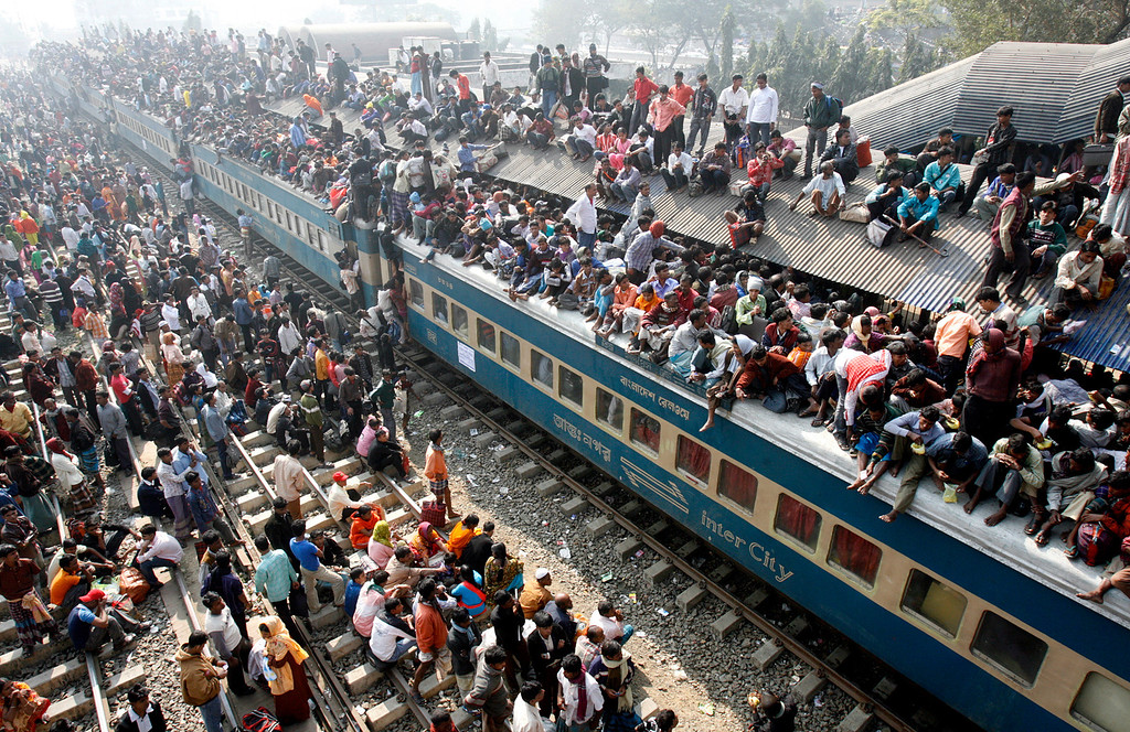 . An overcrowded train leaves Dhaka\'s Airport rail station ahead of the Muslim festival Eid-al-Adha December 20, 2007.  REUTERS/Rafiqur Rahman (