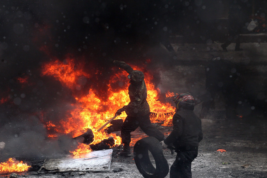 . Protesters clash with riot police during an anti-government protest in downtown Kiev, Ukraine, 22 January 2014. At least two people died of gunshot wounds on 22 January during anti-government protests in Ukraine, prosecutors said.  EPA/ZURAB KURTSIKIDZE