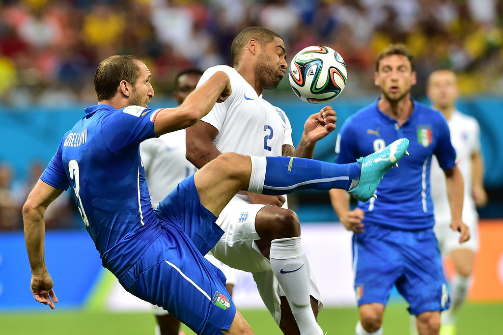 . Italy\'s defender Giorgio Chiellini (L) and Italy\'s defender Mattia De Sciglio vie for the ball during a Group D football match between England and Italy at the Amazonia Arena in Manaus during the 2014 FIFA World Cup on June 14, 2014.  AFP PHOTO / GIUSEPPE CACACE