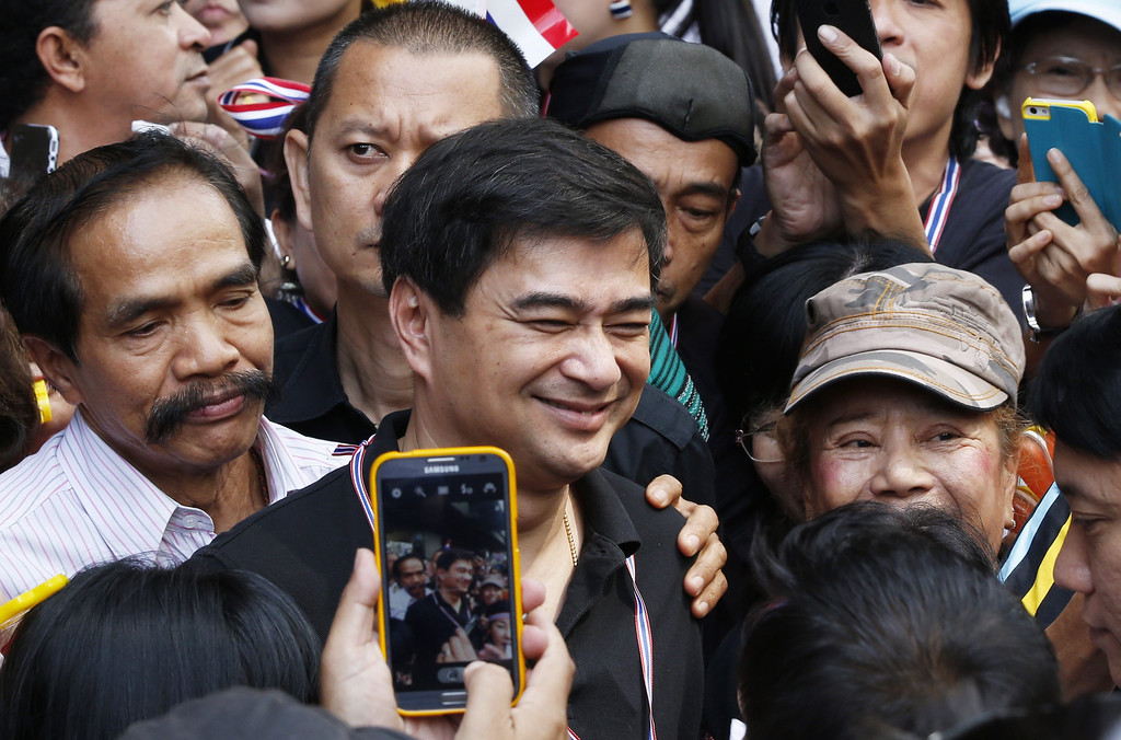 . Thai Democrat Party leader Abhisit Vejjajiva (C) poses for pictures with anti-government protesters at the start of a march to the US embassy in Bangkok, Thailand, 29 November 2013.   EPA/BARBARA WALTON