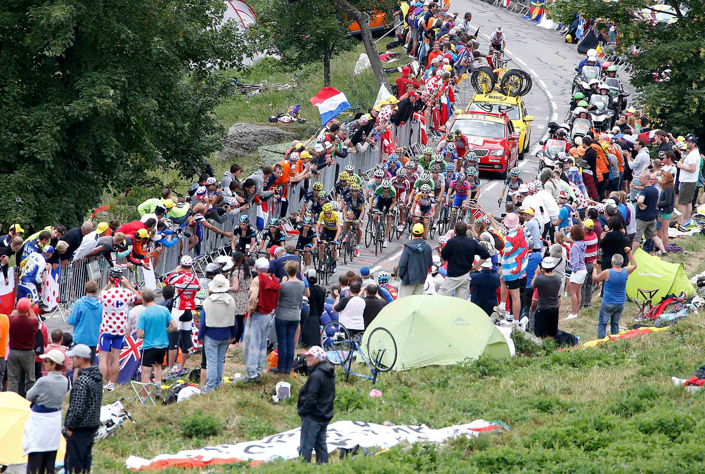 . The pack of riders cycles during the 172.5km eighteenth stage of the centenary Tour de France cycling race from Gap to l\'Alpe d\'Huez, in the French Alps, July 18, 2013.            REUTERS/Eric Gaillard