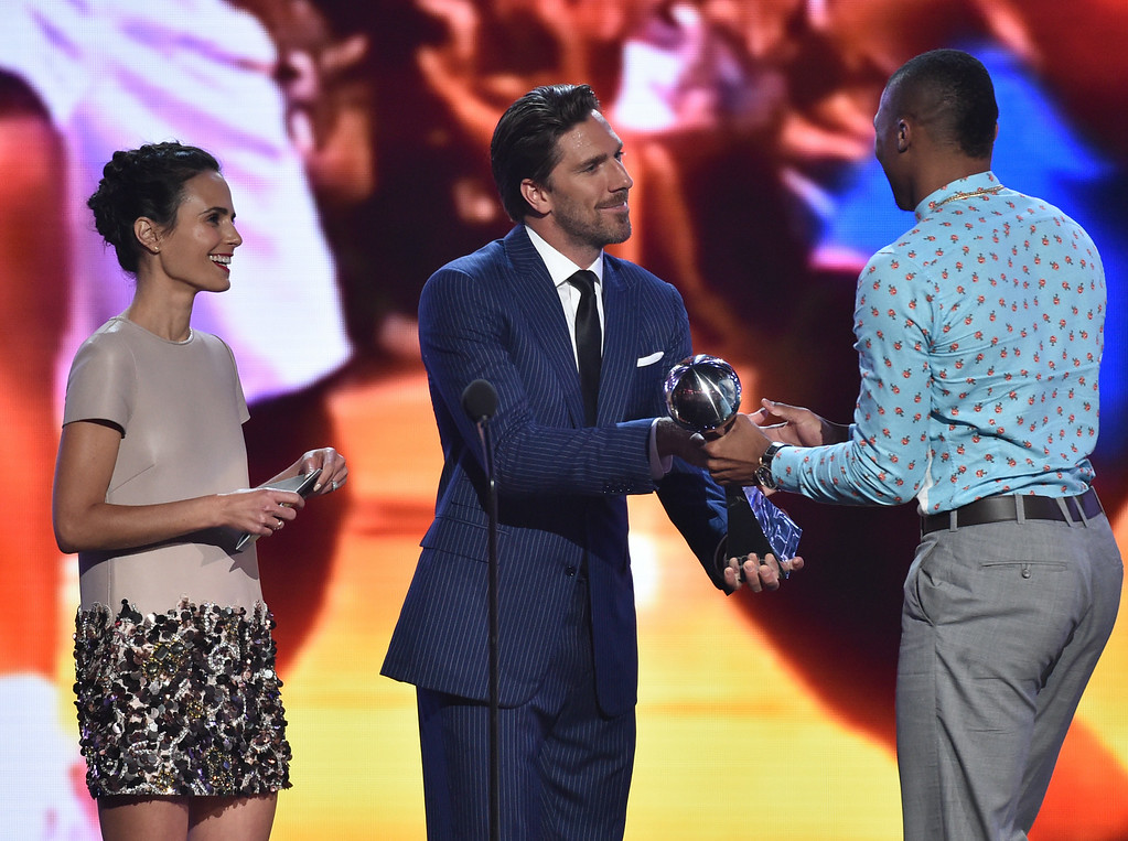 . Jordana Brewster, left, and Henrik Lundqvist present the award for best comeback athlete to Russell Westbrook, right, at the ESPY Awards at the Nokia Theatre on Wednesday, July 16, 2014, in Los Angeles. (Photo by John Shearer/Invision/AP)