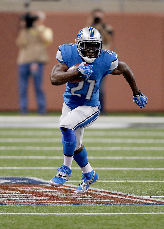 . DETROIT, MI - SEPTEMBER 29:  Reggie Bush #21 of the Detroit Lions runs during the first quarter while playing the Chicago Bears at Ford Field on September 29, 2013 in Detroit, Michigan. (Photo by Gregory Shamus/Getty Images)