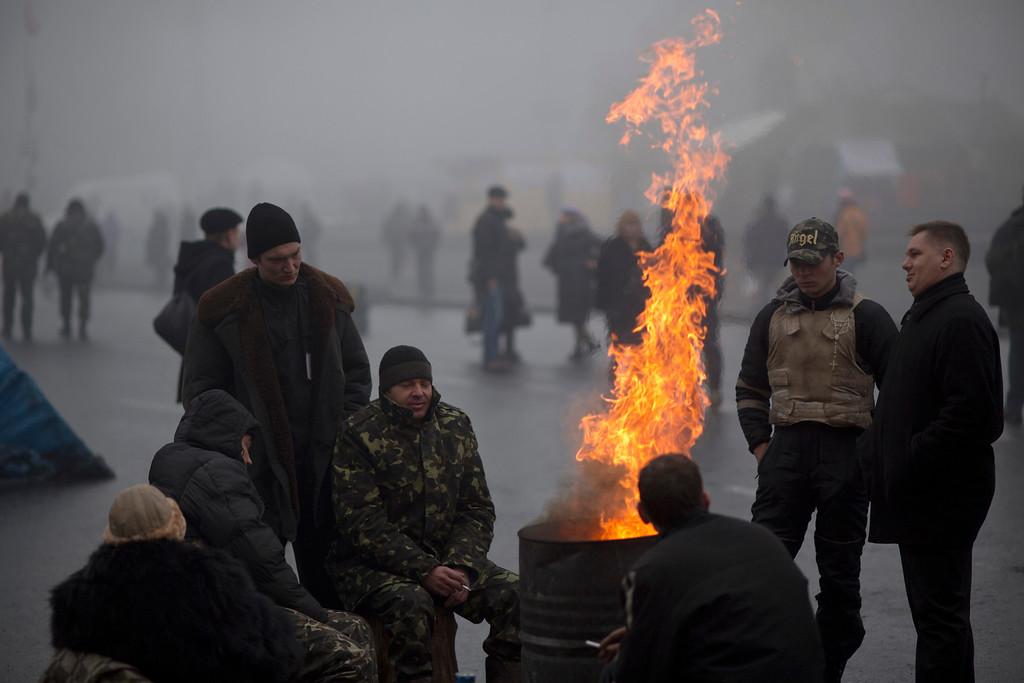 . Ukrainians warm themselves next to a fire at Kiev\'s Independence Square, Ukraine, Tuesday, March 4, 2014. (AP Photo/Emilio Morenatti)
